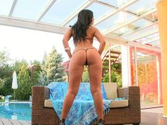 Mind blowing beauty Lioness poses on a cam showing off her knock out body